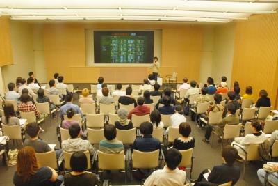 「まちの断片」で講演中の大山顕さん02